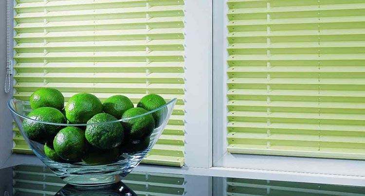 как выбрать горизонтальные жалюзи на пластиковые окна