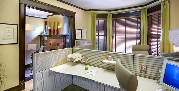 как расставить мебель в маленьком офисе №3